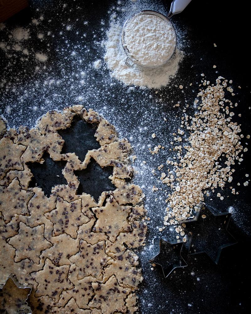 Teig und Zutaten zum Backen von Weihnachtsplätzchen