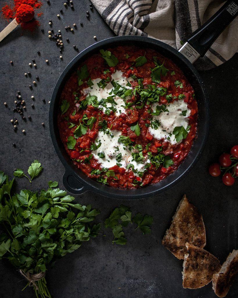 Orientalische Shakshuka ohne Ei (mit Sojajoghurt) - vegan und lecker in der Pfanne