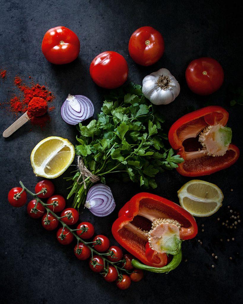 Zutaten für Orientalische Shakshuka ohne Ei (mit Sojajoghurt) - vegan und lecker in der Pfanne; Paprika, Zwibeln, Tomaten, Knoblauch, Gewürze