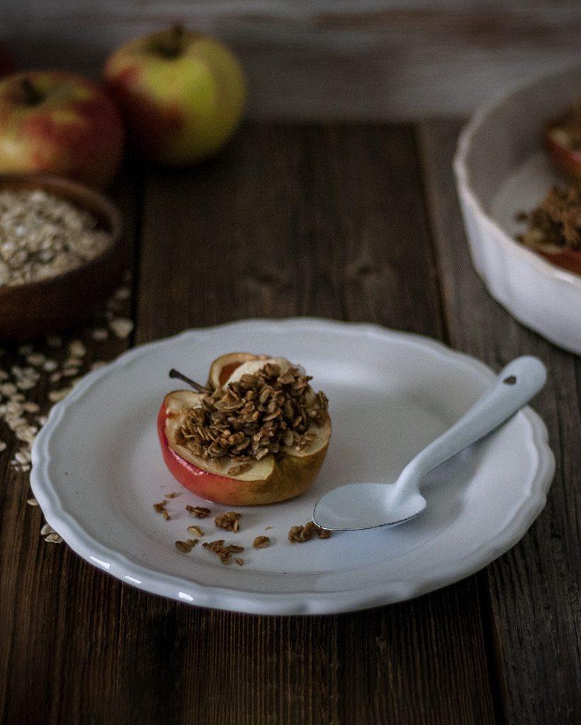 Gefüllter Bratapfel mit Haferflocken: Ausgewogen, saisonal, vegan & weihnachtlich lecker