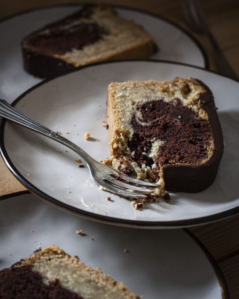 Ein Stück Marmorkuchen mit Schokoladenglasur