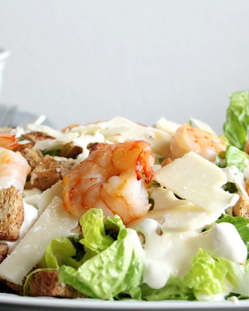 Caesar Salat mit cremigen Caesar-Dressing & Garnelen