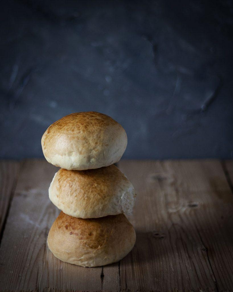 Vegane Burgerbrötchen: Weich, fluffig & einfach gebacken