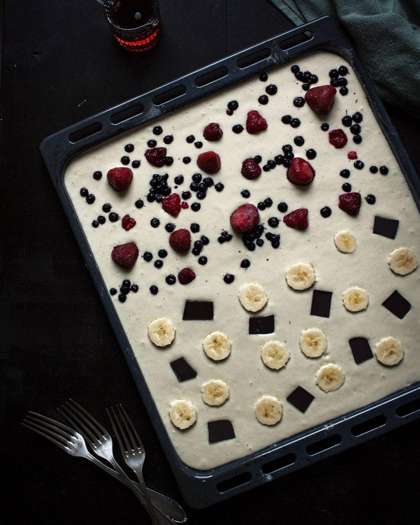 Einfache Pfannkuchen vom Blech mit unterschiedlichen Toppings im Ofen gebacken