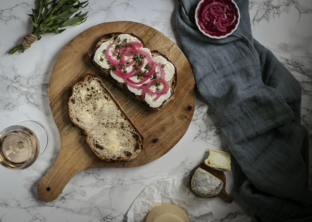 Schnell gemacht, lecker & französisch angehaucht: Gegrilltes Käsebrot mit Ziegenkäse & eingelegten Zwiebeln
