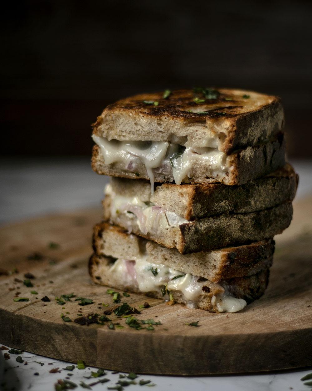 Gegrilltes Käsebrot mit Ziegenkäse & eingelegten Zwiebeln - kochen mit Produkten aus Frankreich