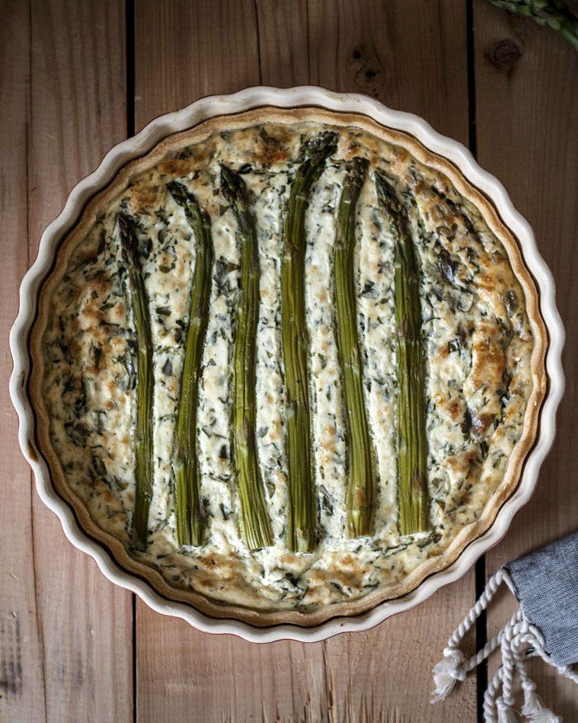 Easy vorbereitet & richtig lecker: Vegane Spargel-Quiche mit Bärlauch