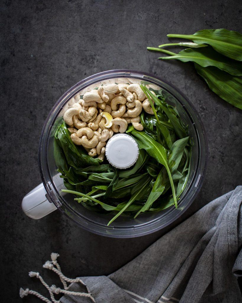 Mit wenigen Zutaten veganes Bärlauchpesto herstellen