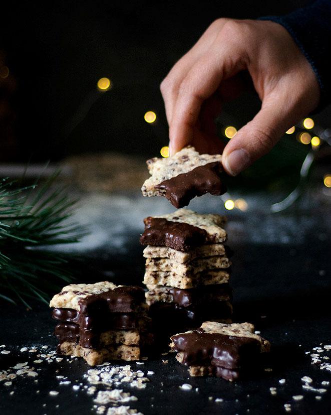 Schokolade & Haferflocken machen die veganen Schoko-Hafer-Plätzchen zu Weihnachten heißbegehrt