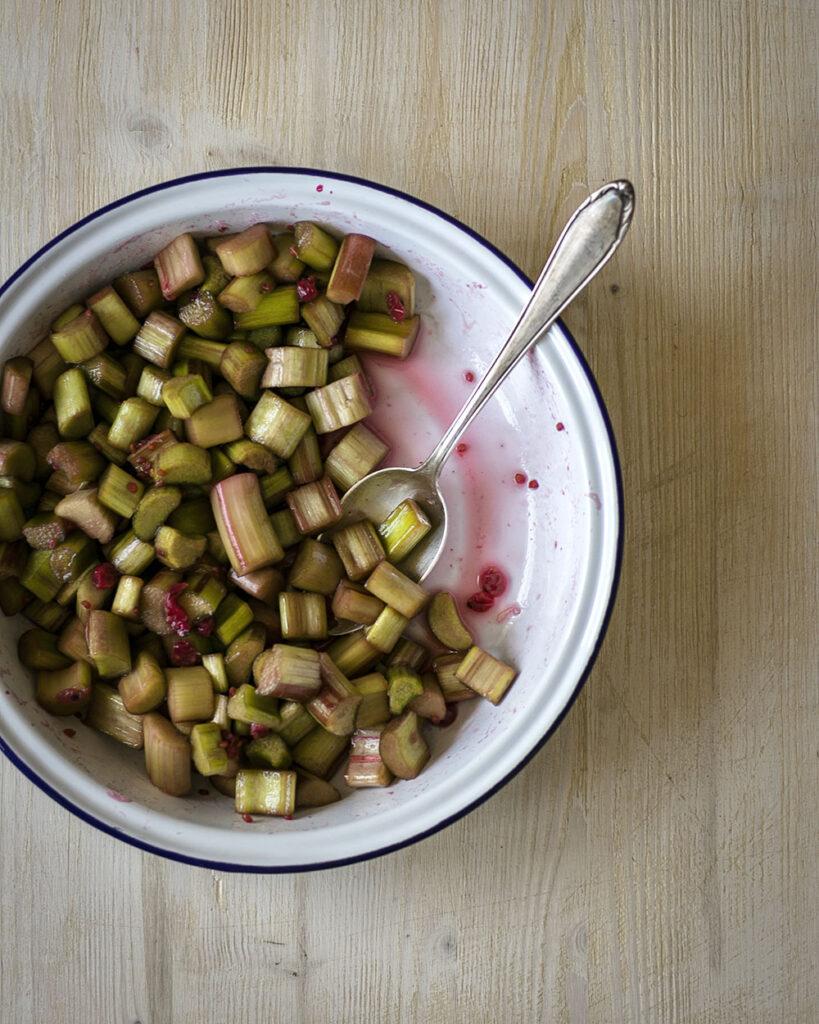 Grüner Rhabarber wird dank ein paar zerdrückten Beeren wieder pink