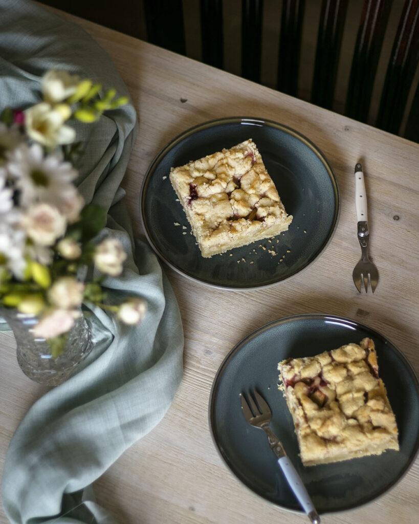 Kuchenzeit mit einem großen Stück Rhabarber-Streuselkuchen vom Blech