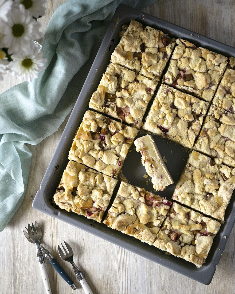 Blechkuchen für die ganze Familie belegt mit säuerlichem Rhabarber & süßen Streuseln