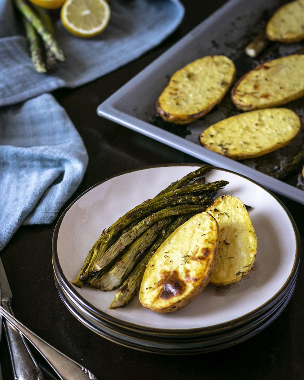 Saisonal kochen mit diesem veganen Rezept für Spargel & Kartoffeln vom Blech