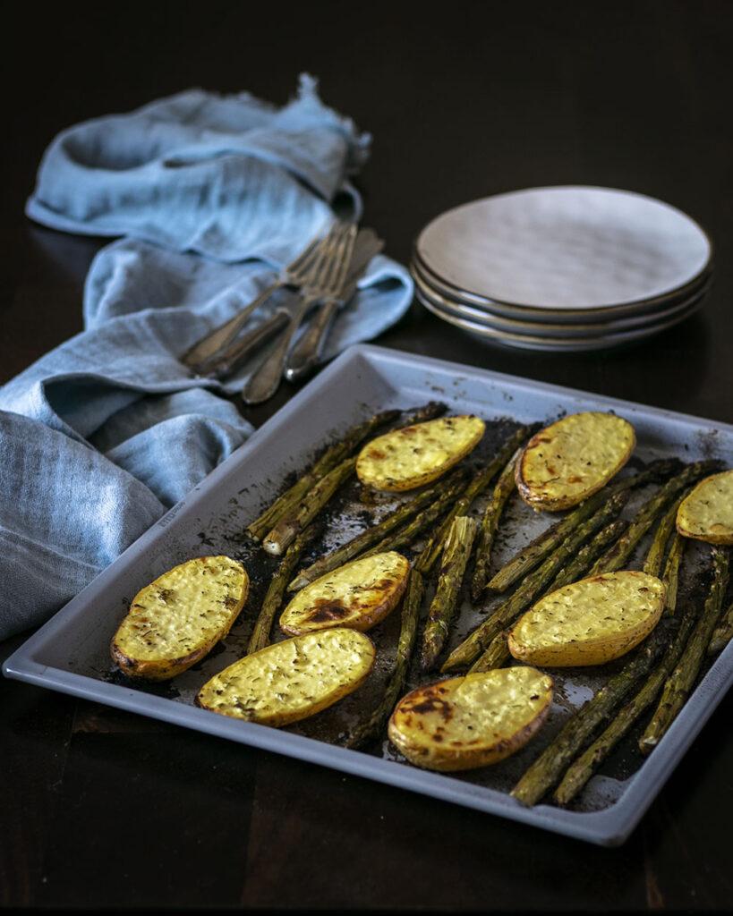 Ein Blech voller Glück - Grüner Spargel & Kartoffeln sorgen für kulinarische Frühlingsgefühle