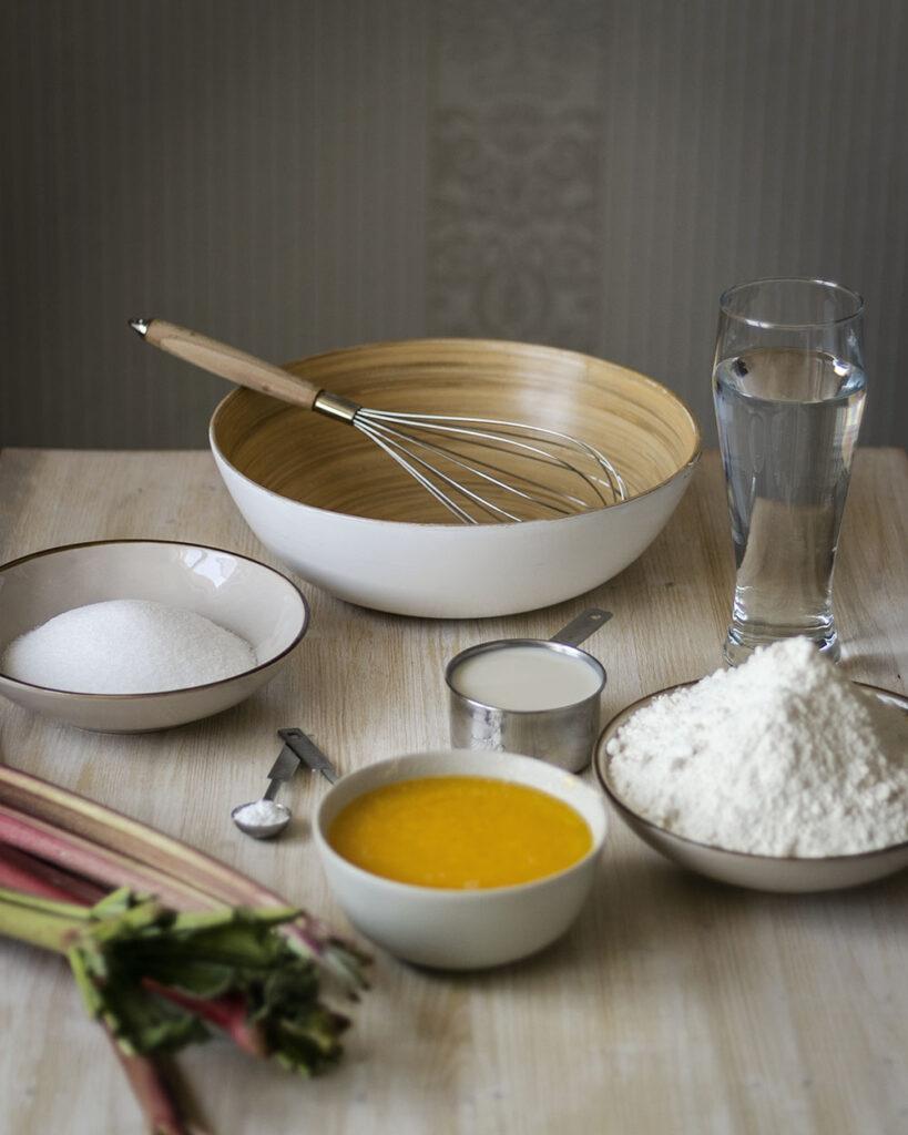 Zucker, Mehl, MIich, Butter, Wasser, Backpulver, Natron & Rhabarber: Zutaten für einen Rhabarber-Streuselkuchen vom Blech
