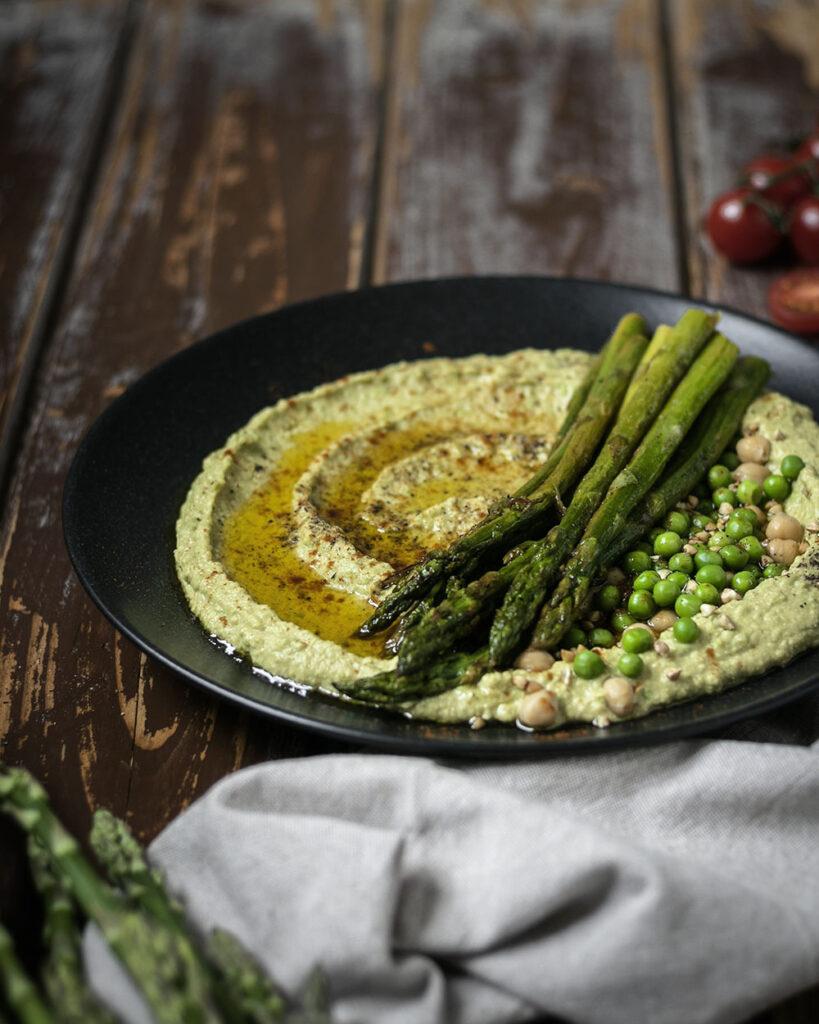 In 20 Minuten auf dem Tisch: Erbsen-Hummus mit gebratenem grünen Spargel