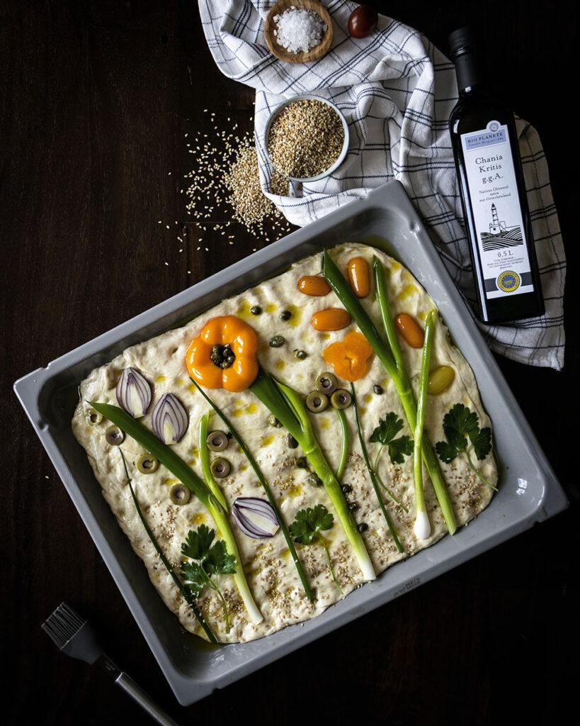Focaccia bunt belegt und mit bestem Olivenöl von BIO PLANÈTE zubereitet