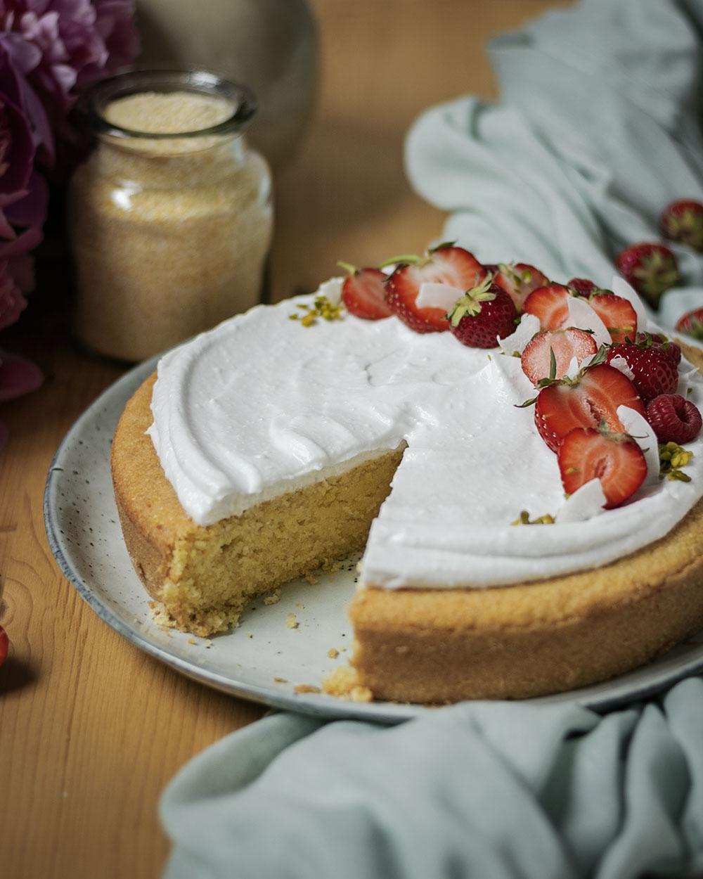 Saftiger Polentakuchen mit Kokosahne & frischen Beeren: Ein veganer Kuchen für den Sommer
