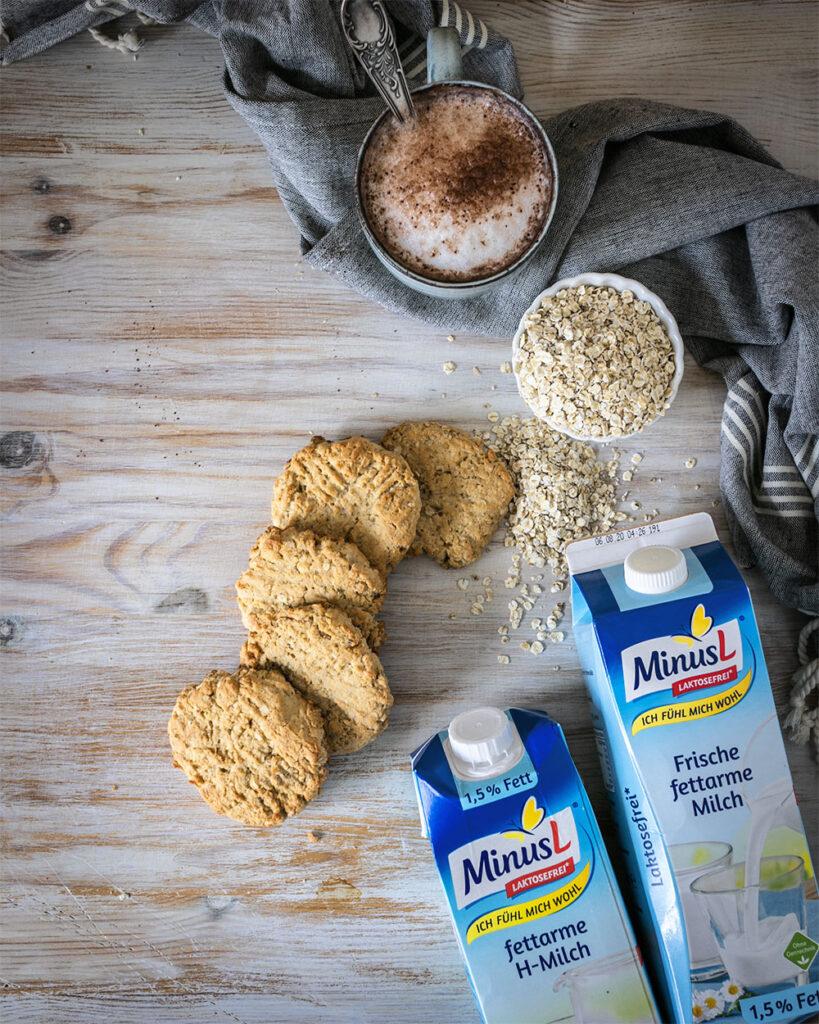Knusprige Hafer-Cashew-Kekse mit laktosefreier Milch von MinusL passen perfekt zu Kaffee, Tee & Kakao