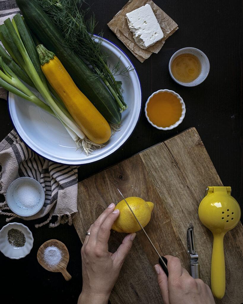 Mit wenigen Zutaten in 20 Minuten auf dem Tisch: Marinierter Gurken-Zucchini-Salat