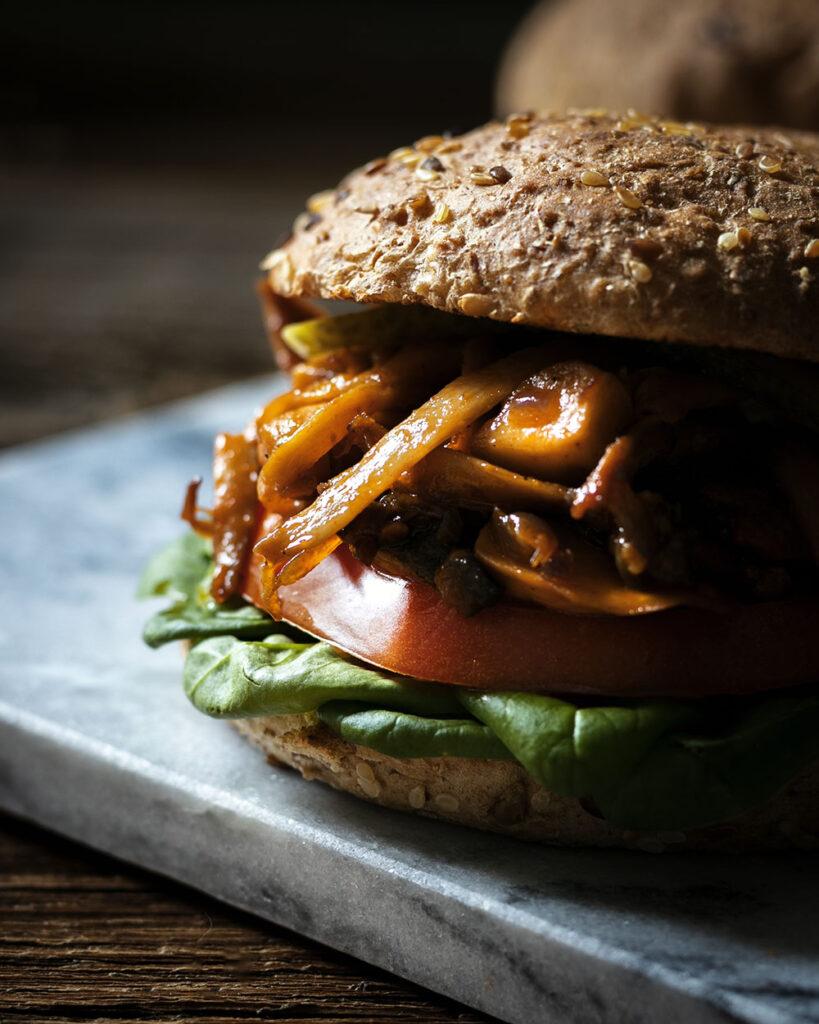 Herzhaftes Burgeressen der Extraklasse mit diesem vegetarischen Pulled Pork Burger