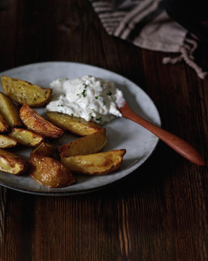 Knusprige Kartoffelecken mit selbstgemachtem Kräuterquark