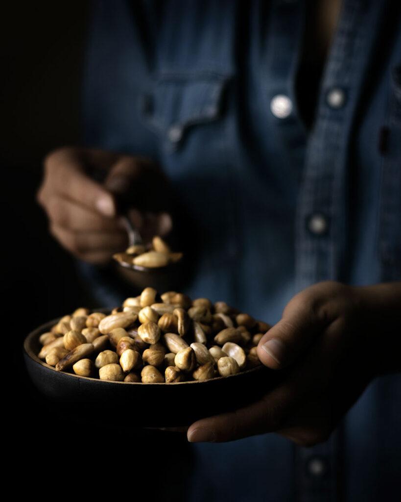 Geröstete Nüssen geben den gefüllten Paprika extra Biss und schmecken auch als Snack zwischendurch