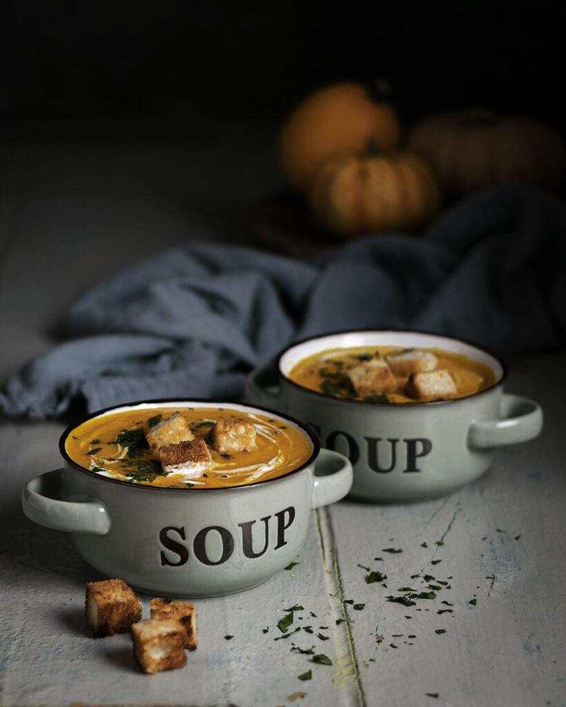 Klassisch-cremige Kürbissuppe: Perfekt für graue Herbsttage