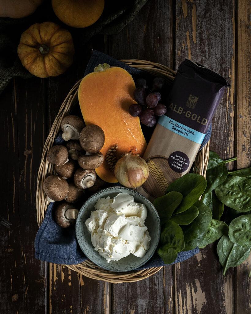 Nudeln in cremiger Kürbis-Frischkäse-Sauce: Nur saisonale Zutaten wandern in den Kochtopf