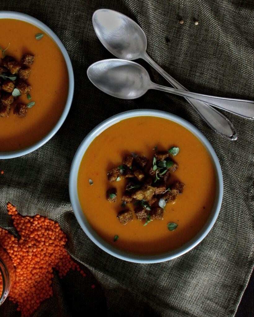 Cremige Suppe mit Ofenkürbis und Linsen für deinen Wochenplan