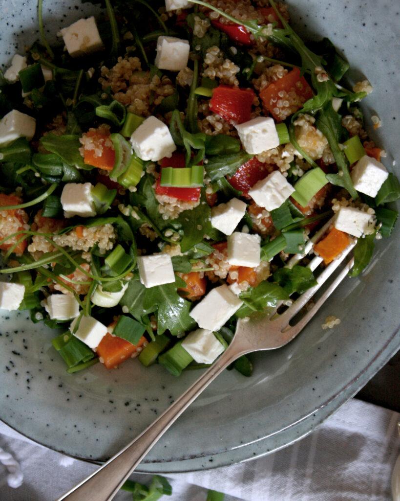 Genialer Quinoa-Süßkartoffelsalat für deinen Wochenplan