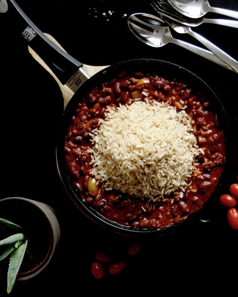 Einfache Bohnenpfanne mit Reis für deinen Wochenplan