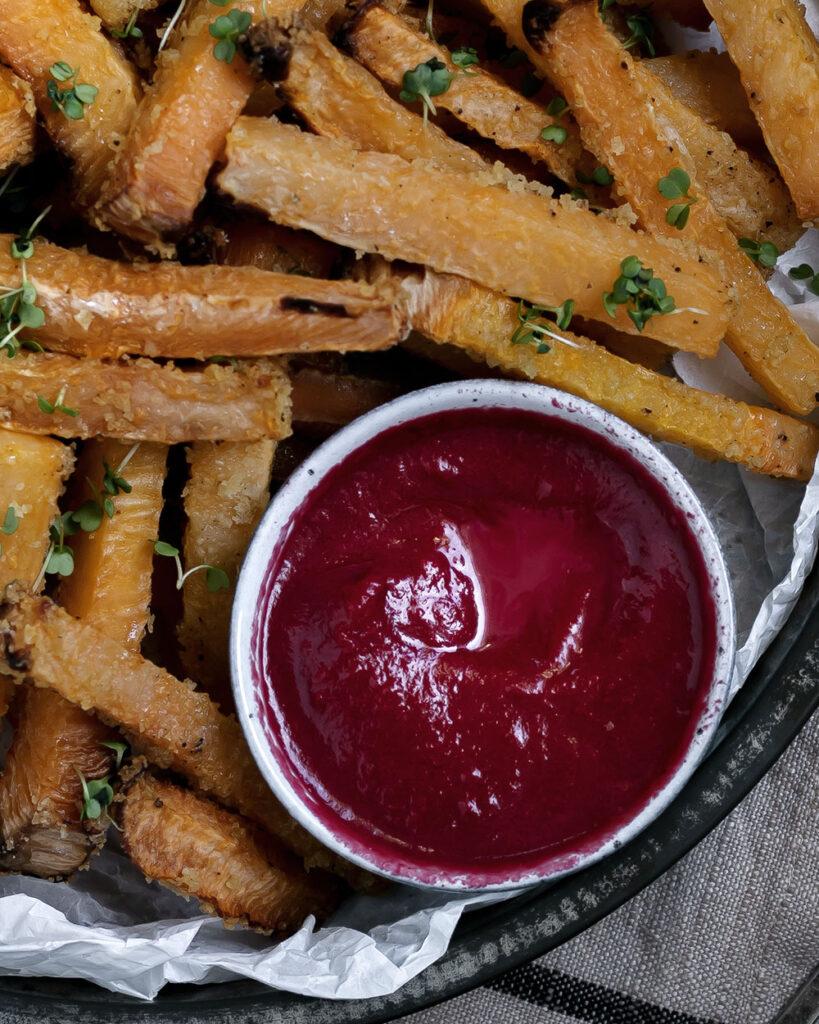 Saisonal, lecker & vegan: Diese Gemüsepommes mit Ketchup aus Roter Bete sind ein tolles Winterrezept