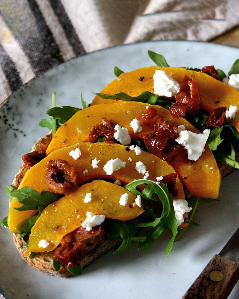 Rustikale Kürbis-Bruschetta mit Rucola, getrockneten Tomaten & Feta für den Wochenplan KW 1