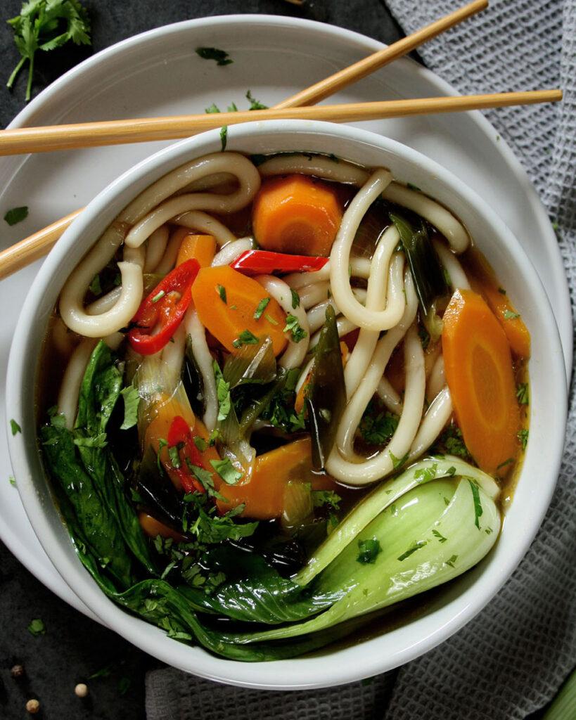 Asiatische Gemüsesuppe mit Udon & Pak Choi für den Wochenplan KW 4