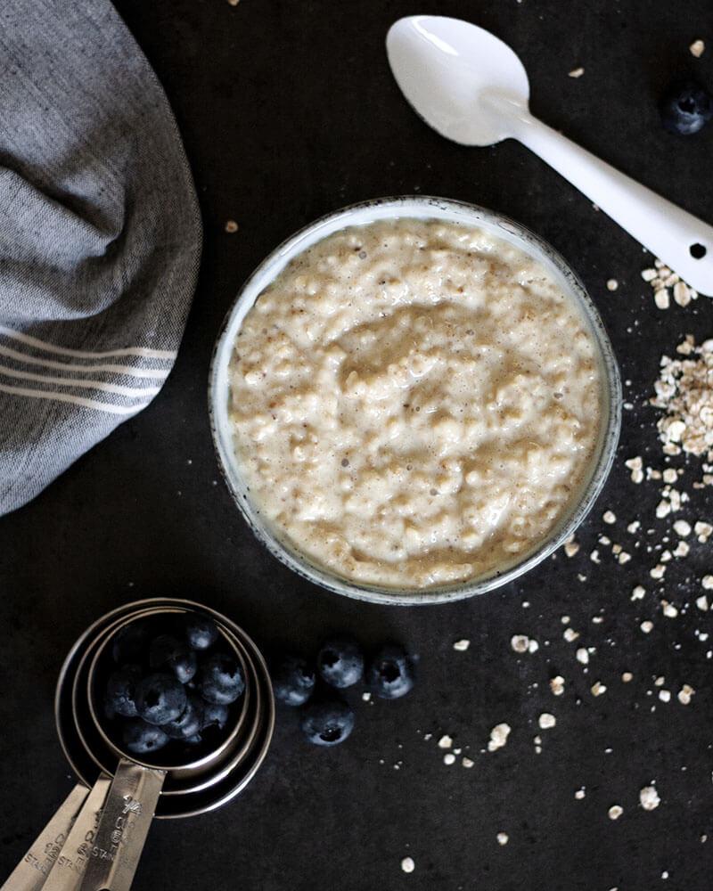 Cremig, schnell gemacht & gesund: Mit diesem Grundrezept für veganes Porridge wird das Frühstück extra lecker