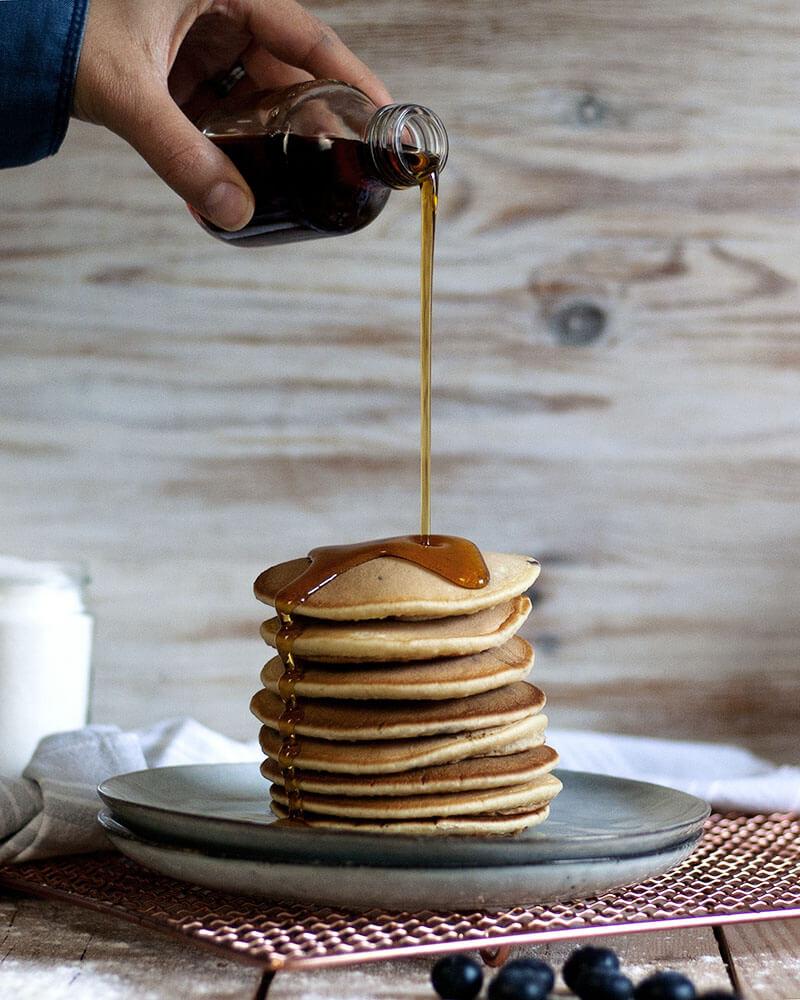 Fluffige Pfannkuchen mit Apfelmus statt Ei schmecken am besten mit Ahornsirup