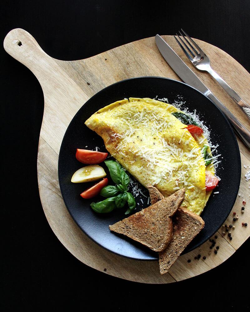 Frühstück, Mittag oder Abendessen: Omelett mit Tomaten & Parmesan