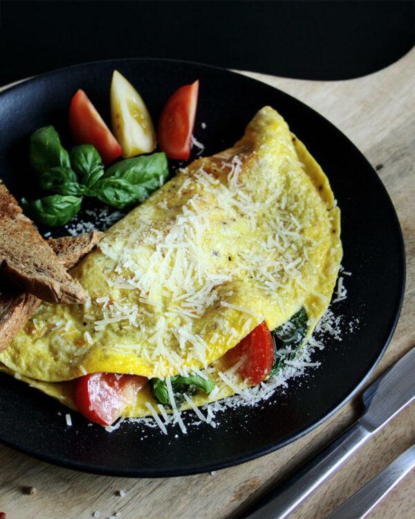Dieses Omelett mit Tomaten & Parmesan bringt ein Stück Italien auf den Teller