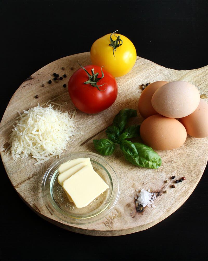 Tomaten, Basilikum, Eier: Mit diesen einfachen Zutaten ist das Omelett mit Käse gemacht