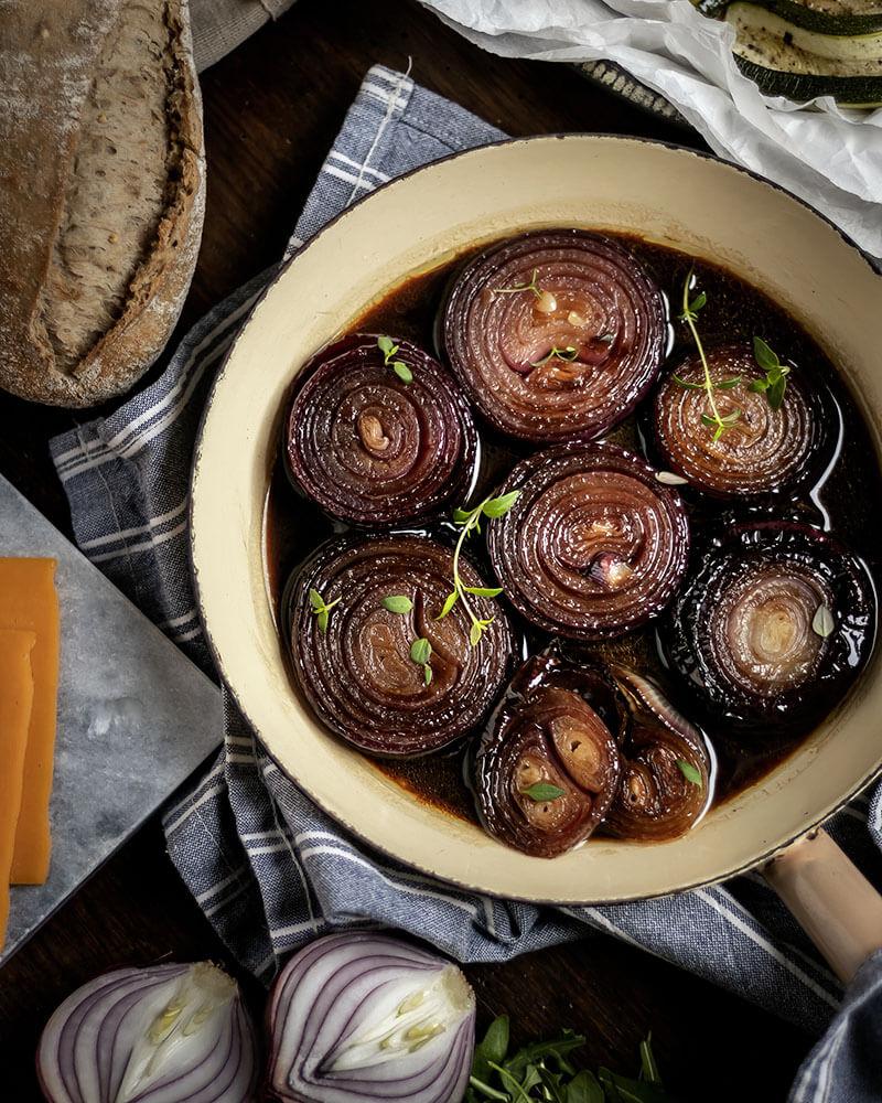 Zwiebelliebe: Die geschmorten Zwiebeln machen das belegte Baguette mit gegrilltem Gemüse richtig lecker