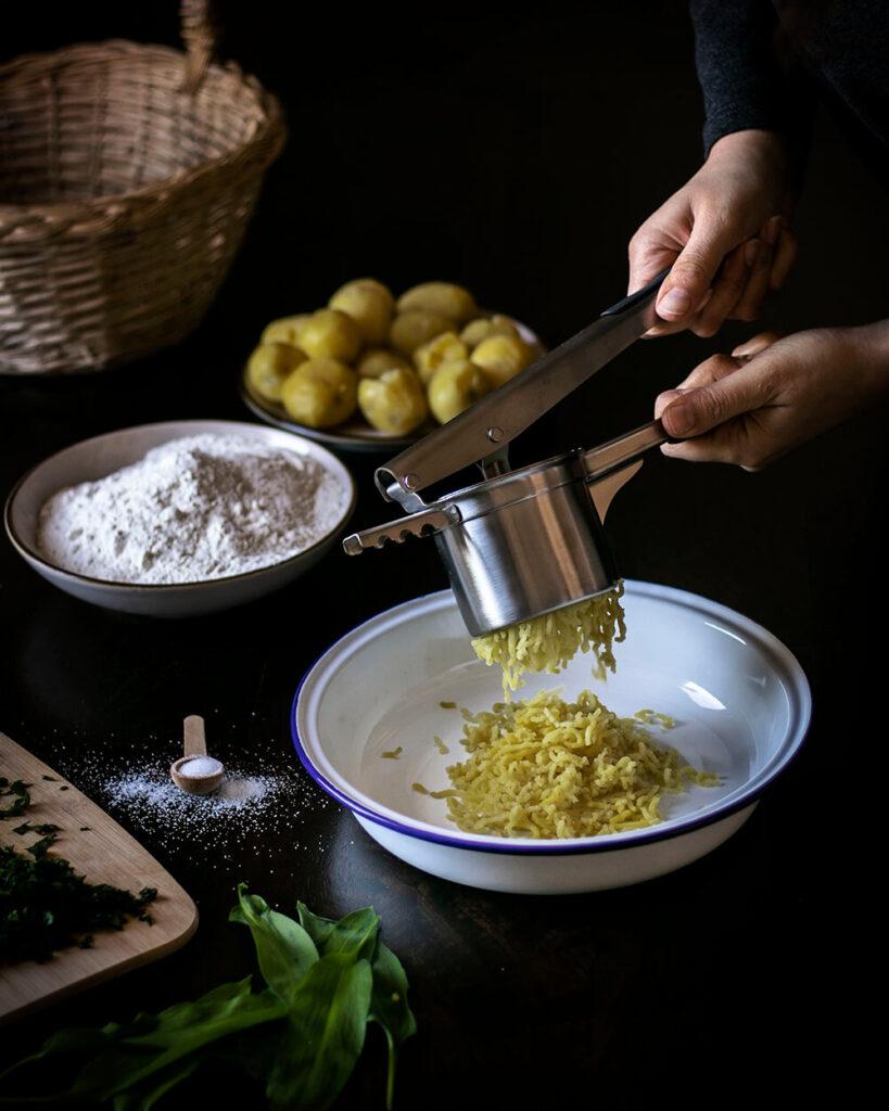 Zu Herstellung der veganen Bärlauch-Gnocchi eignet sich am besten eine Kartoffelpresse