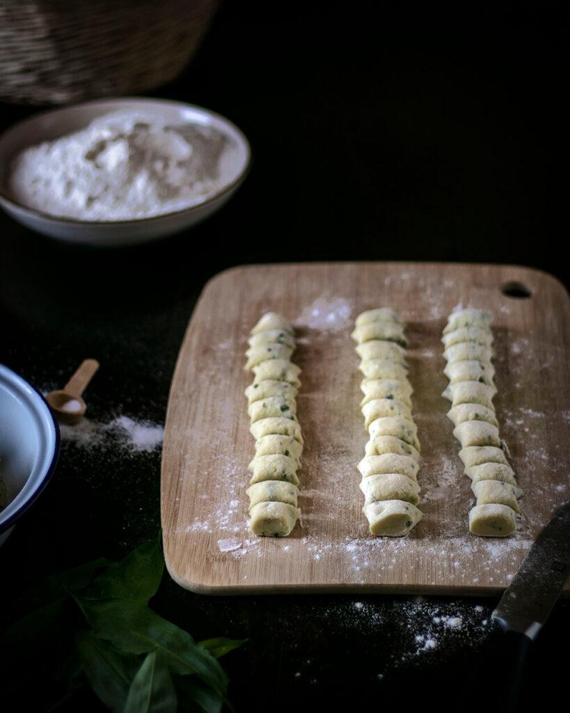 Kneten, rollen, schneiden, einfrieren: Die veganen Bärlauch-Gnocchi könnt Ihr problemlos einfrieren