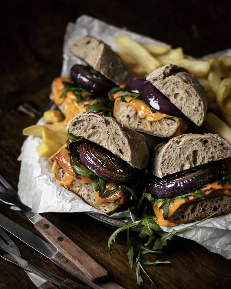 Belegtes Baguette mit gegrilltem Gemüse als leckeres Mittag, Abendessen oder als Fingerfood für Partys