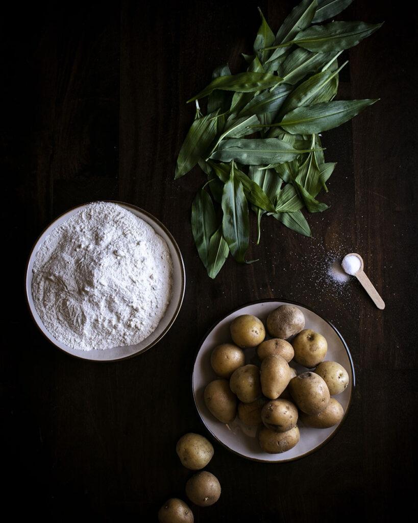 Bärlauch, Kartoffeln, Mehl & Salz: Vegane Gnocchi selber machen