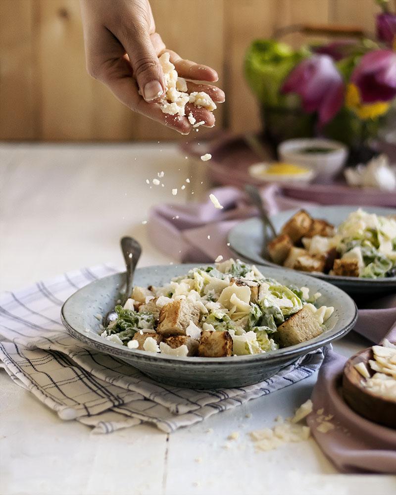 Vegetarischer Caesar-Salat mit einfachem Caesar-Dressing ohne Ei