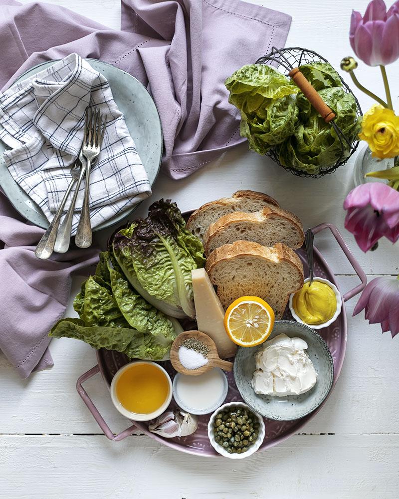 Zutaten für einen vegetarischen Caesar-Salat ohne Ei
